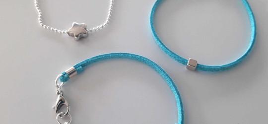 Set de 3 bracelets en suédine bleu avec perles en métal carrées et étoile.
