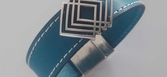 Bracelet en cuir couturé bleu avec passant en métal géométrique